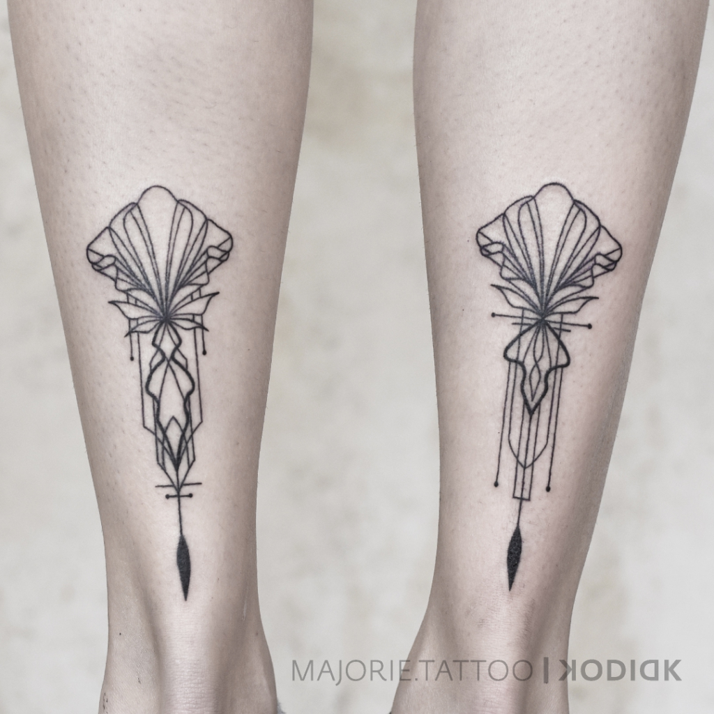 Grafisches Tattoo Achillesferse links rechts